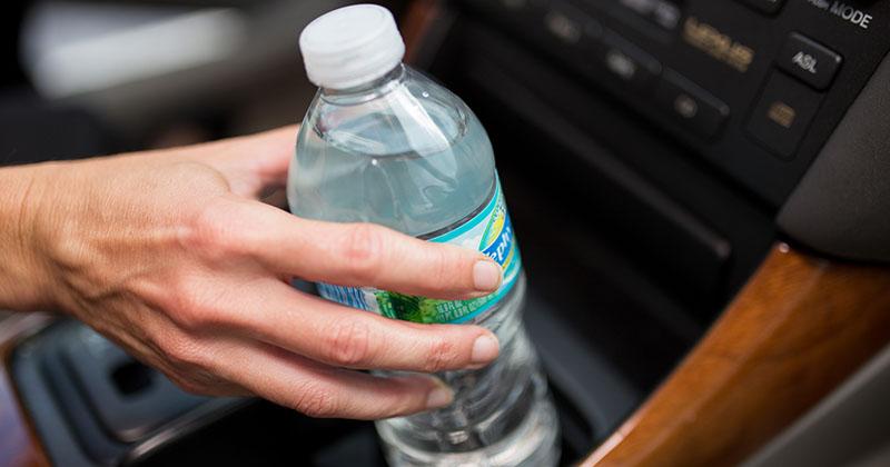 Không nên để chai nước trong xe